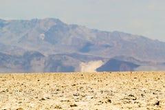 Ландшафт пустыни Death Valley при горы поднимая на заднем плане Стоковые Изображения