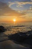 Ландшафт пляжа и облачного неба моря на зоре Стоковая Фотография RF