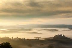 Ландшафт сказки туманный тосканских полей на восходе солнца стоковое фото rf