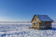 Ландшафт старого покинутого дома фермы покрытого с снегом в морозной зиме Стоковое Изображение