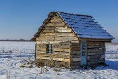 Ландшафт старого покинутого дома фермы покрытого с снегом в морозной зиме Стоковая Фотография RF