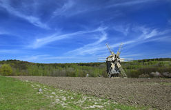 Ландшафт с ветрянкой в вспаханном поле Стоковые Фотографии RF