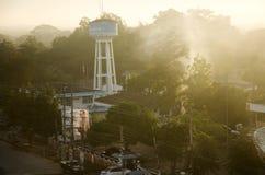 Ландшафт с движением водоносного слоя дыма и башни артезианского Pro Стоковые Изображения RF
