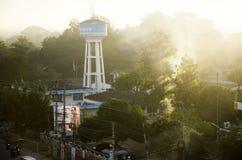 Ландшафт с движением водоносного слоя дыма и башни артезианского Pro Стоковое Изображение