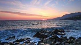 Ландшафт с восходом солнца над морем и утесами акции видеоматериалы