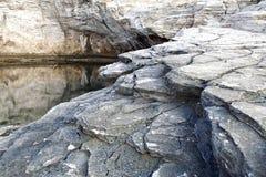 Ландшафт с водой и утесами в острове Thassos, Греции, рядом с естественным вызванным бассейном Giola Стоковые Фотографии RF