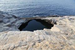 Ландшафт с водой и утесами в острове Thassos, Греции, рядом с естественным вызванным бассейном Giola Стоковое фото RF