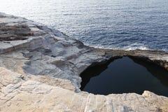 Ландшафт с водой и утесами в острове Thassos, Греции, рядом с естественным вызванным бассейном Giola Стоковое Изображение RF