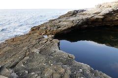 Ландшафт с водой и утесами в острове Thassos, Греции, рядом с естественным вызванным бассейном Giola Стоковое Изображение