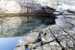 Ландшафт с водой и утесами в острове Thassos, Греции, рядом с естественным вызванным бассейном Giola Стоковая Фотография RF