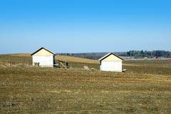 Ландшафт с вспаханным полем с 2 домами Стоковая Фотография