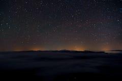 Ландшафт с горами, небо ночи, звезды стоковые изображения