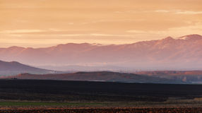 Ландшафт с горой на заходе солнца Стоковые Изображения