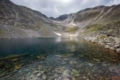 Ландшафт с горой, Ledenoto & x28 Rila; Ice& x29; озеро и пик Musala Стоковые Изображения RF