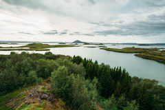 Ландшафт с лесом и морем и облачным небом стоковые фотографии rf