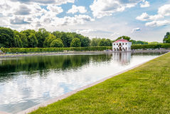 Ландшафт с мергельным дворцом в западной части более низкого парка ансамбля Peterhof дворца и парка Стоковые Изображения