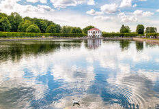 Ландшафт с мергельным дворцом в западной части более низкого парка ансамбля Peterhof дворца и парка Стоковые Изображения RF