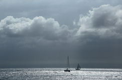 Ландшафт с морем и силуэтами яхт стоковое изображение rf