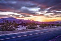 Ландшафт с дорогой асфальта в пустыне на сумраке Стоковые Изображения