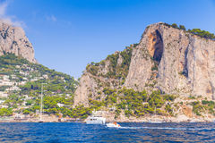 Ландшафт с прибрежными утесами острова Капри Стоковые Фотографии RF