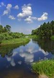 Ландшафт с рекой, лесом, облаками и отражением в воде Стоковая Фотография RF