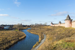 Ландшафт с рекой Kamenka и Уолл-Стритом Стоковые Изображения