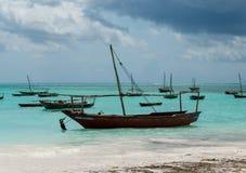Ландшафт с рыбацкими лодками на береге, Занзибаре Стоковые Изображения RF