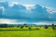 Ландшафт с лугом и облаками Стоковые Изображения RF