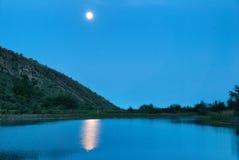 Ландшафт с луной над озером Стоковые Фотографии RF