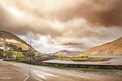 Ландшафт с холмами и облачным небом Стоковое Изображение