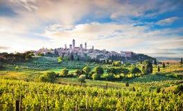 Ландшафт Тосканы с городом San Gimignano на заходе солнца, Италии Стоковое Изображение RF