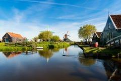Ландшафт традиционных голландских ветрянок и домов Стоковая Фотография RF