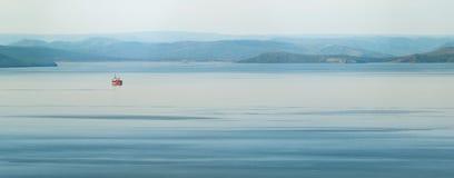 Ландшафт утра с красным кораблем Стоковая Фотография RF