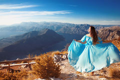 Ландшафт Черногории над заливом Kotor Красивая женщина в дуть стоковые фотографии rf