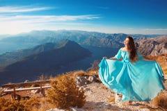 Ландшафт Черногории над заливом Kotor Красивая женщина в дуть стоковое фото