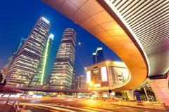 Ландшафт Шанхая городской и современный взгляд ночи архитектуры Стоковые Фотографии RF