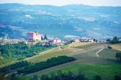 Ландшафт Langhe с замком Grinzane Cavour стоковые изображения rf