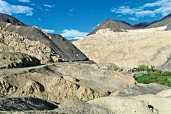 Ландшафт moonland около монастыря Lamayuru, Leh-Ladakh, Джамму и Кашмир, Индии Стоковое Изображение RF