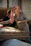Лаосская девушка устанавливая вне торты риса для того чтобы высушить в Vientianne стоковое изображение