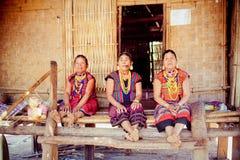 ЛАОС, BOLAVEN 12-ОЕ ФЕВРАЛЯ 2014: Неопознанные женщины племени Alak в v Стоковые Изображения RF