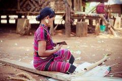 ЛАОС, BOLAVEN 12-ОЕ ФЕВРАЛЯ 2014: Неопознанные женщины племени Alak в v Стоковое Изображение RF