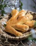 Польские торты пасхи Лапки аиста в плетеной корзине Польское блюдо подготовлено для пасхи стоковое фото rf