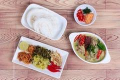 Лапша риса и зеленое карри цыпленка с гарниром Стоковое Изображение