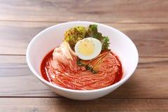 Лапша спагетти Kimchi с вареным яйцом и салатом Стоковое Изображение RF