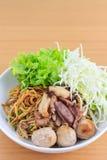 Лапша с говядиной и фрикаделькой (тайская еда) Стоковые Изображения RF