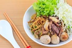 Лапша с говядиной и фрикаделькой (тайская еда) Стоковое Изображение
