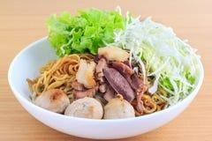 Лапша с говядиной и фрикаделькой (тайская еда) Стоковые Фото