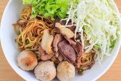Лапша с говядиной и фрикаделькой (тайская еда) Стоковое Фото