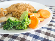 Лапша с рыбами и морковью brocoli Стоковая Фотография RF