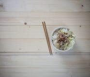 Лапша шара с овощем на деревянной предпосылке Стоковое Изображение
